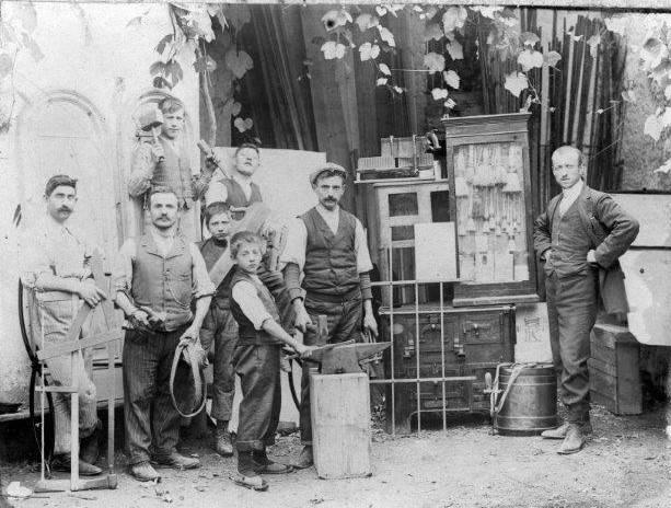 Giovanni Conz (all'estrema destra) nel laboratorio di Sedico