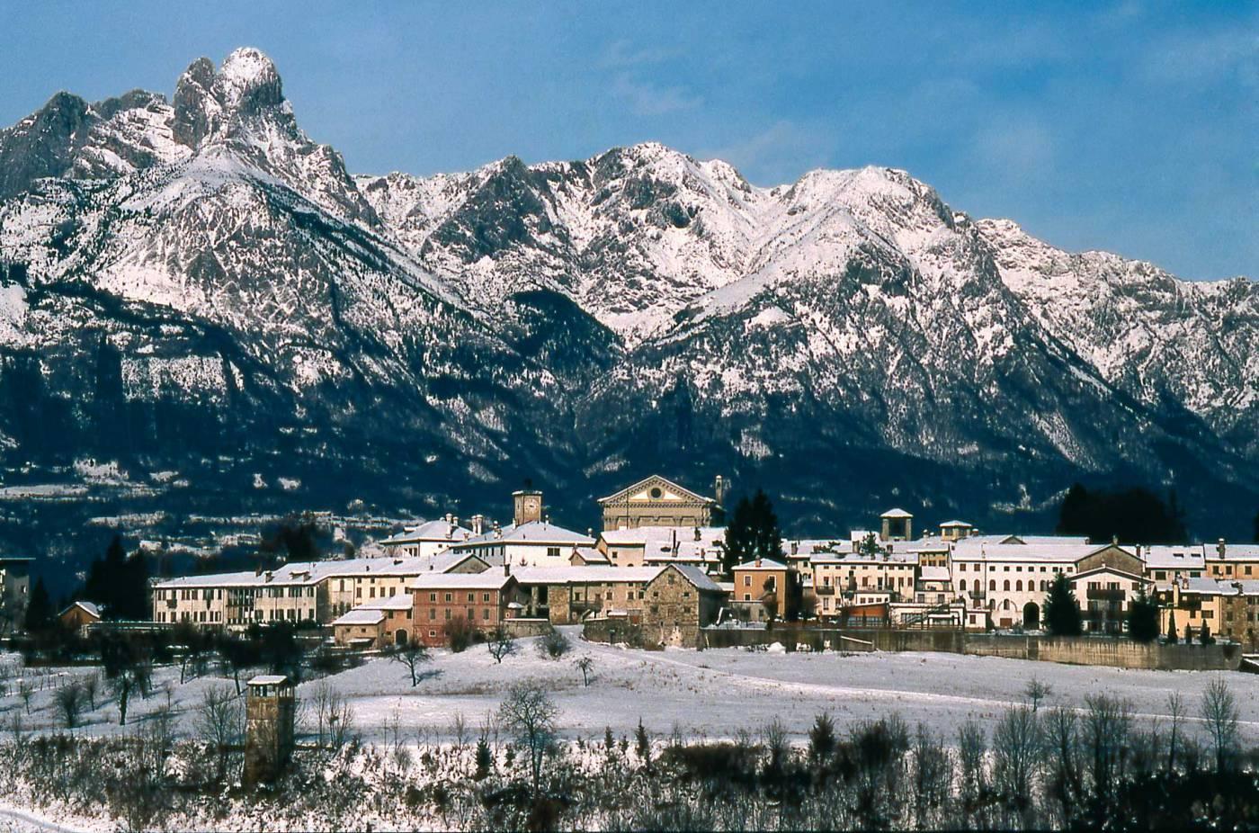 Panoramica di Mel con i monti innevati