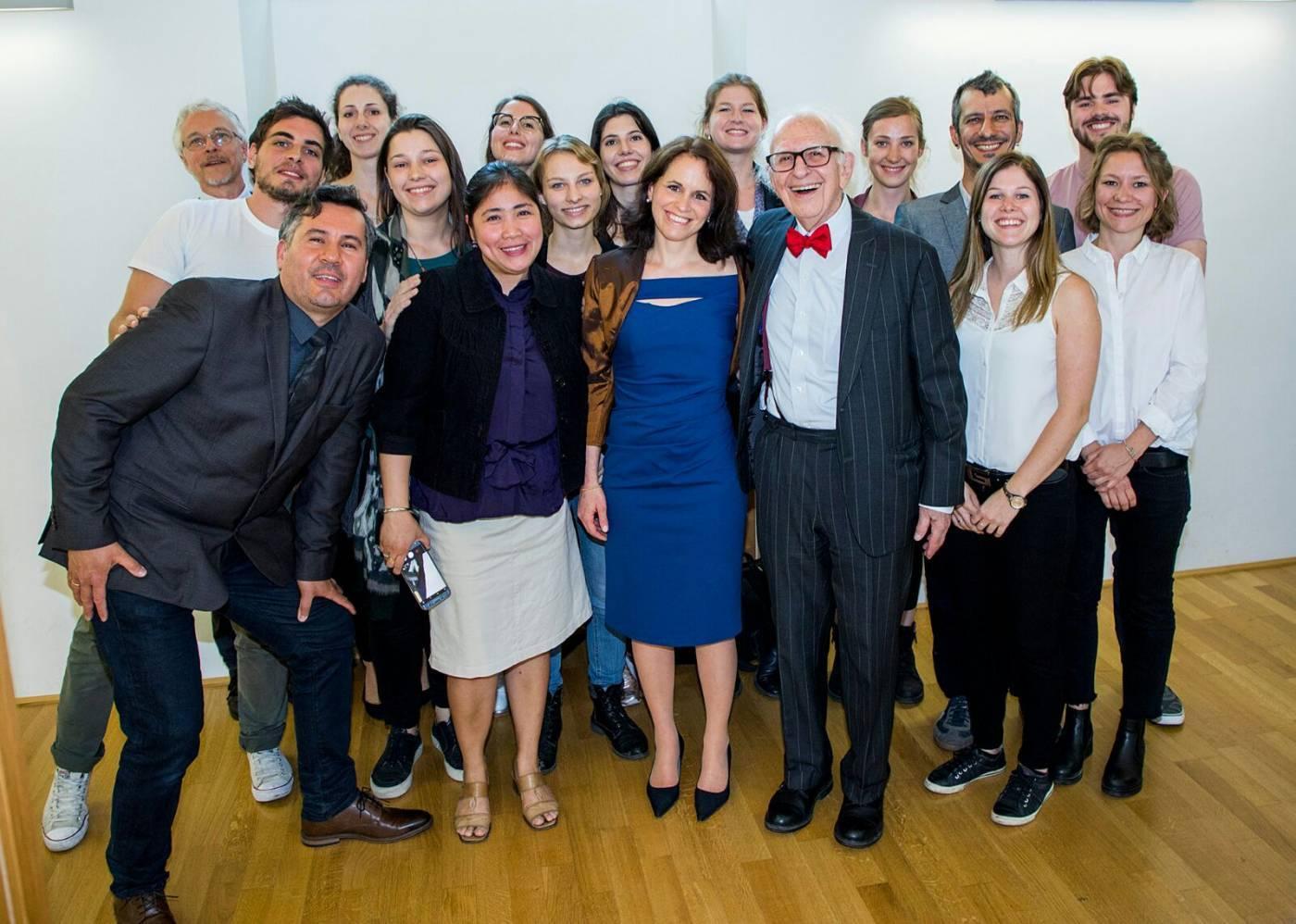 alice e il suo gruppo di lavoro il professor Eric Kandell (con il papillon rosso) premio Nobel per la medicina 2000