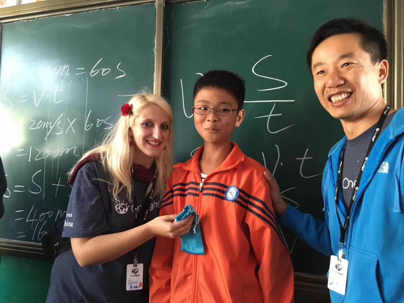 Progetto Onesight - Luxottica. Consegna degli occhiali da parte di una volontaria in una scuola dello Yunnan