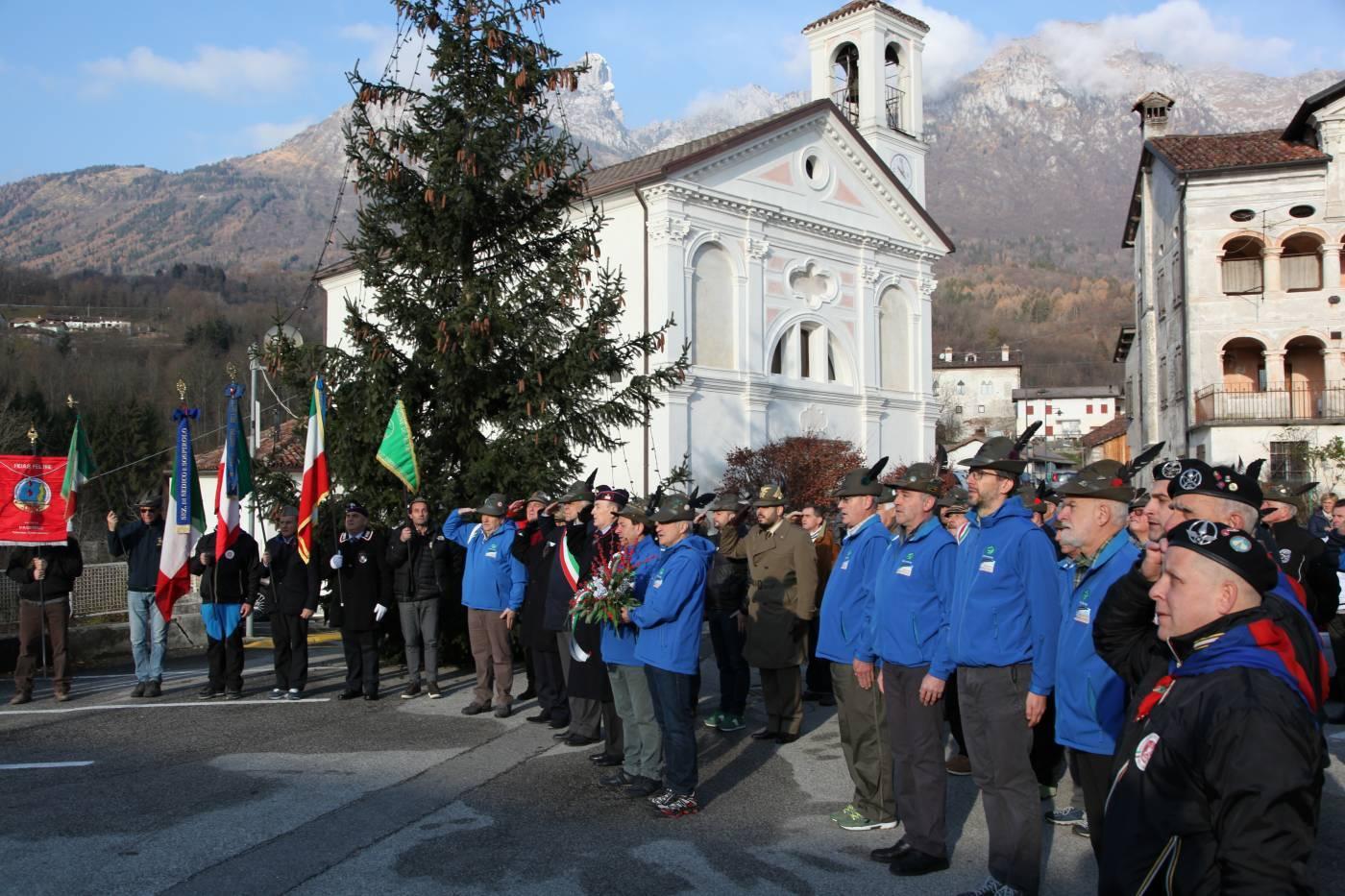 Il Gruppo Alpini Paderno nella piazza davanti alla chiesa parrocchiale