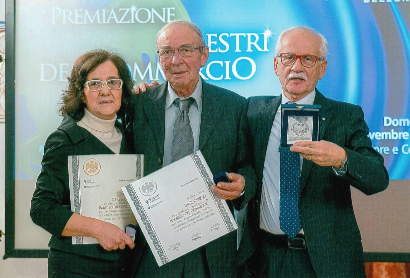 Momento della premiazione di Luigi Rumor alla Camera di Commercio per i 50 anni di attività.