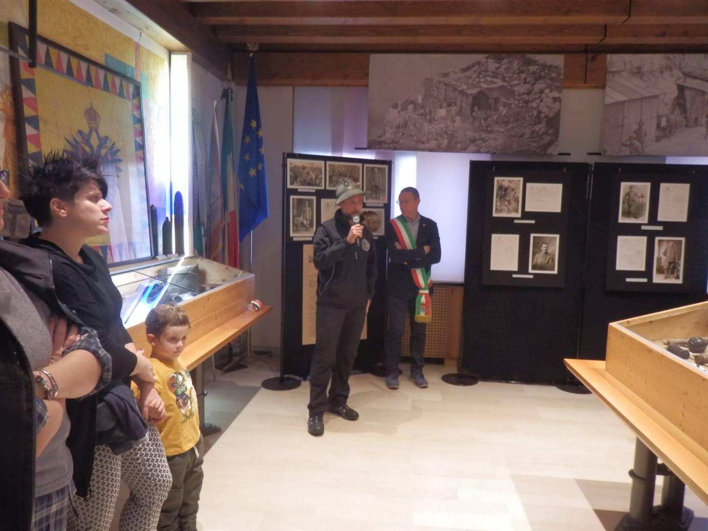 """Mostra """"Memorie di Ferro"""" - il Capogruppo degli alpini Fabio Minella all'inaugurazione"""